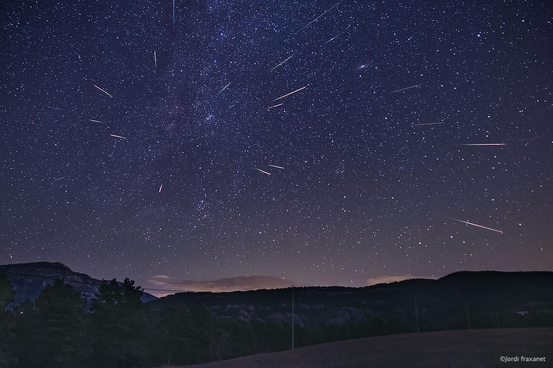 Composición de lluvia de estrellas Perseidas sobre la radiante. Agosto 2020