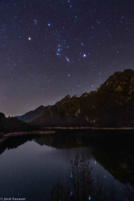 Constelación de Orión reflejada en el agua en Llosa del Cavall el 06/01/21
