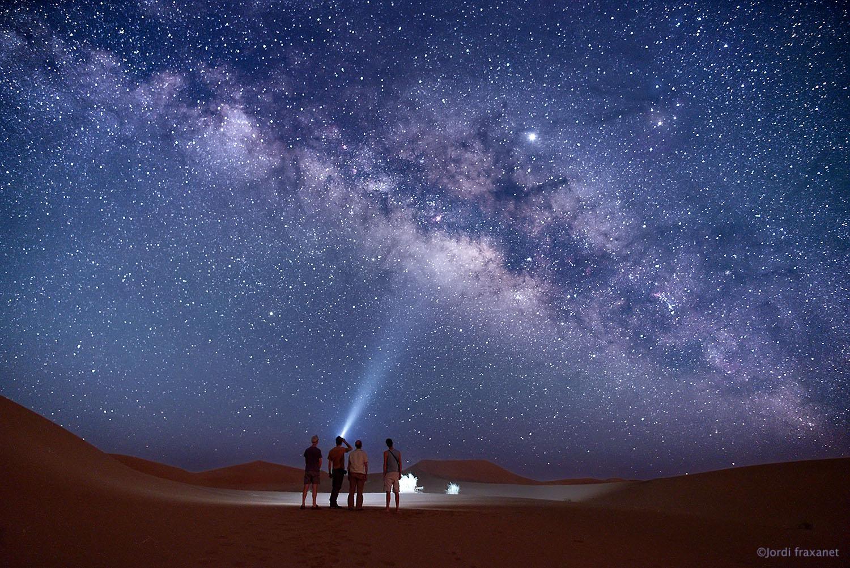 Iluminando el centro galáctico en el desierto de Erg Chegaga, captada el 7/6/19
