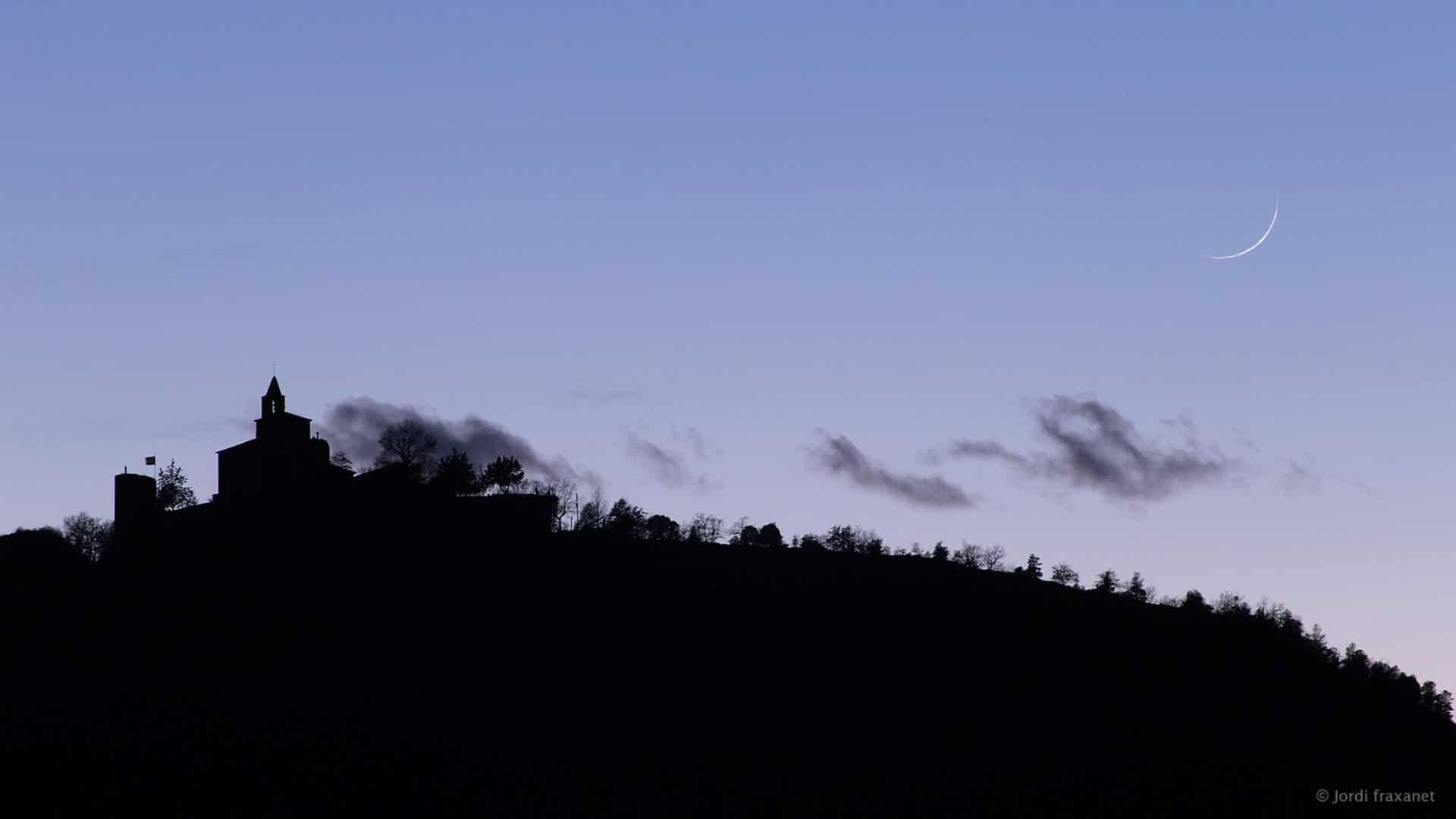 Luna creciente en atardecer