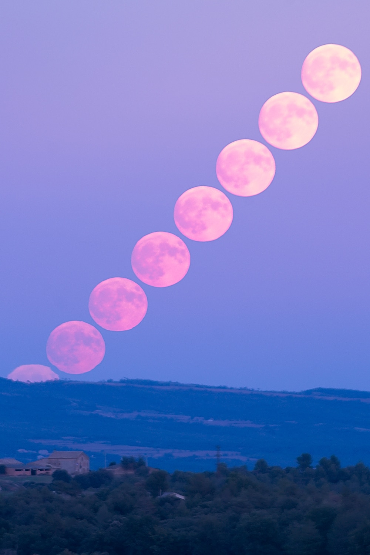Luna llena subiendo por el horizonte