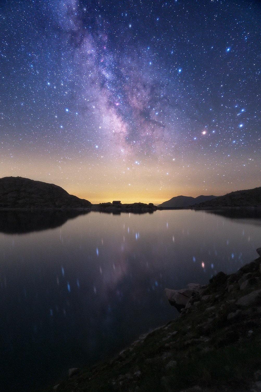 Vía Láctea reflejada en lago pirenaico